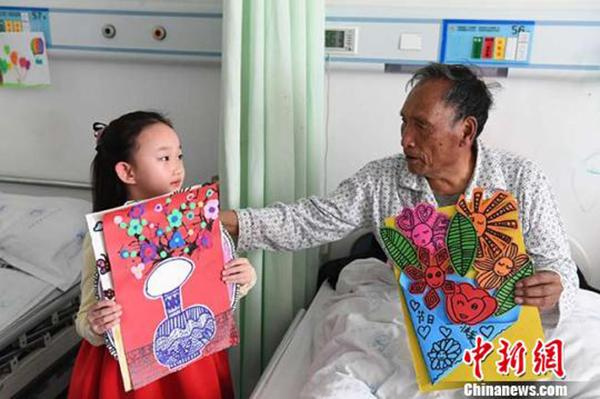 """图片新闻:6龄童画33幅画""""装扮""""老人病房,祝愿""""早日康复"""""""
