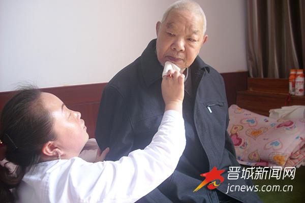 """晋城:护工7年如一日 做老人""""贴心女儿"""""""