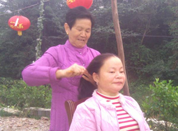图片新闻:伟大的母爱!普通农妇把残疾女孩抚养成人