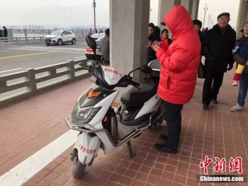 """南京长江大桥上的""""生命守望者"""":男子15年救351条人命"""