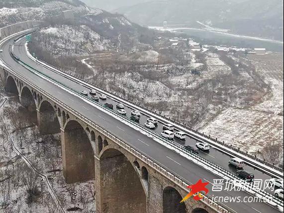 大雪导致众多车辆滞留 晋焦高速交警护航返程路