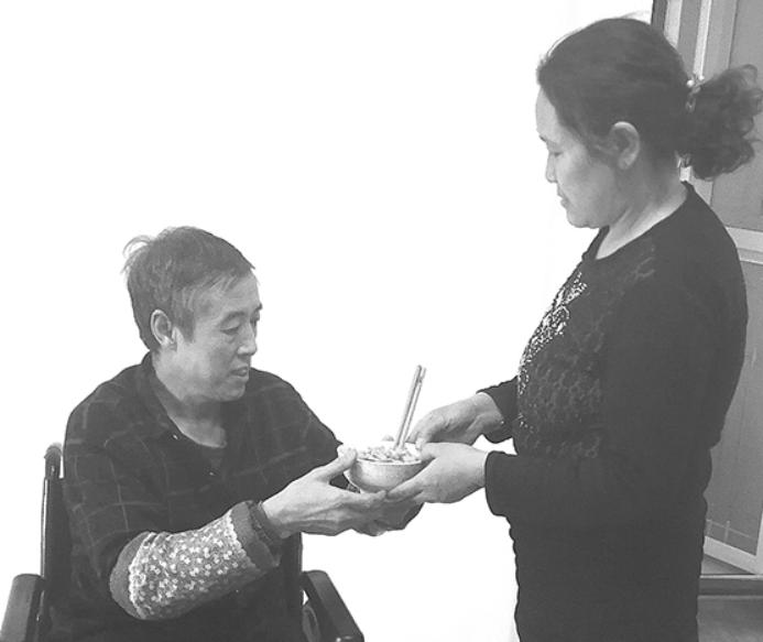 """""""好妻子""""梁巧凤 不离不弃守护患病丈夫24年"""